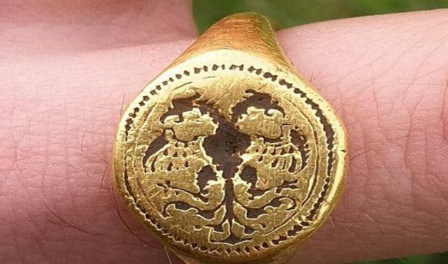 工人地里挖到一枚400年前的金戒指,专家审定后,却没博物馆敢要