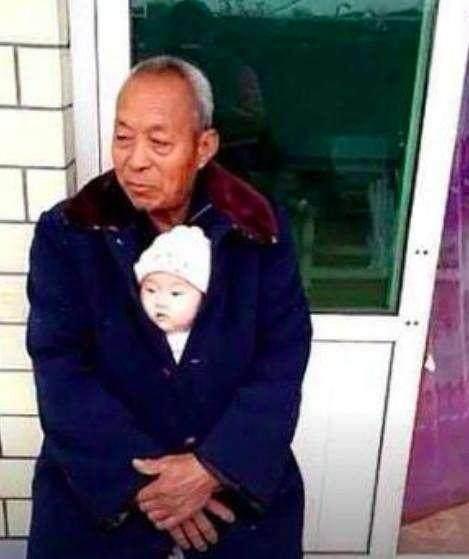 爷爷抱小孙子在怀里照片, 走红网络, 孙子的表情萌坏图片