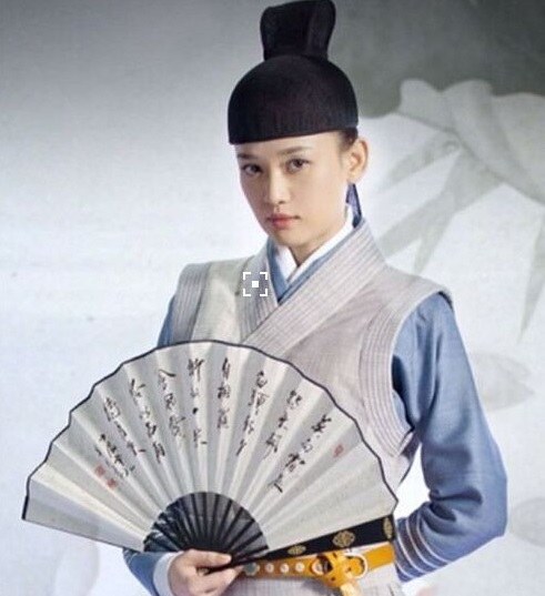 帅气十足,甚至有网友认为她是继林青霞之后扮演东方不败男装最成功的