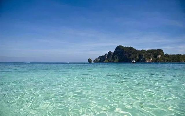 """普吉岛以其迷人的热带风光和丰富的旅游资源被称为""""安达曼海上的一"""