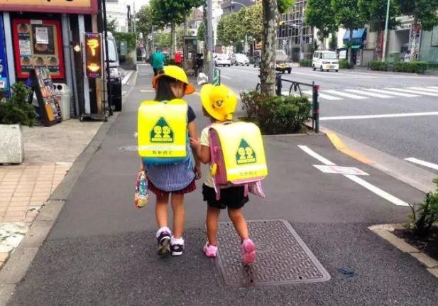 日本小学生不小,都是自己接送,学生家长回家,放学从不指弹图片