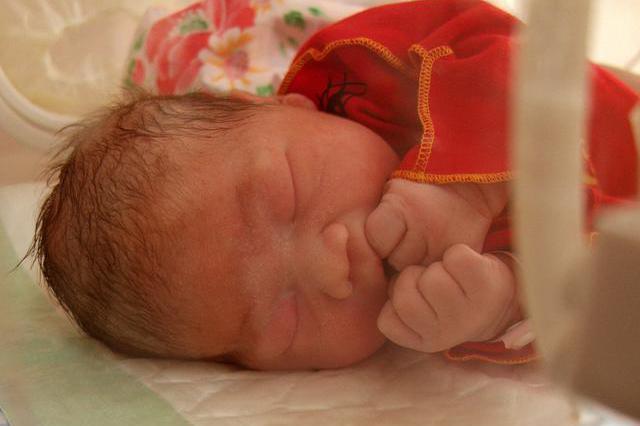 顺产6斤女婴 婆婆竟将婴儿狠摔在地