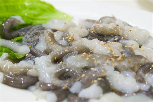 在韩国,日本非常著名的生吃活章鱼,老虎还在放在蠕动口中,感受它的读《跳章鱼的火圈》后感图片