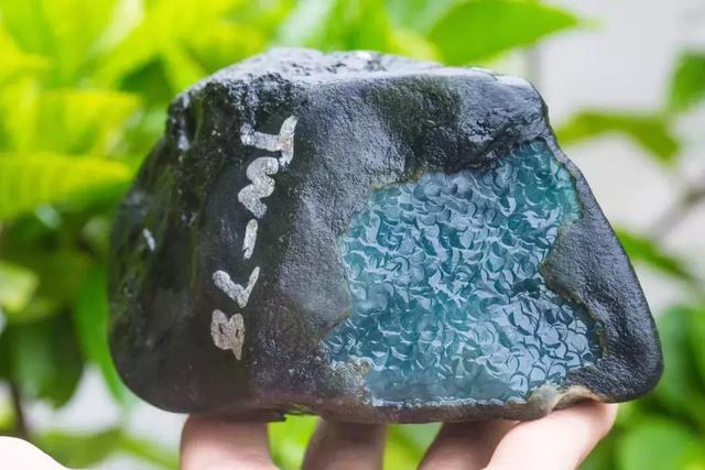 9公斤的莫湾基黑石头,切出无数极品飘花挂件,货主笑