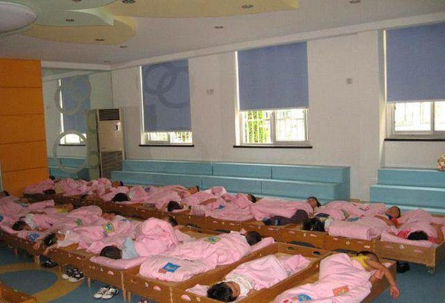 当幼儿园小朋友中午午睡时, 你可知道幼师们在做什么