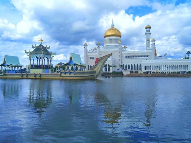 东南西三面与马来西亚的沙捞越州接壤,并被沙捞越州的林梦分隔为不图片