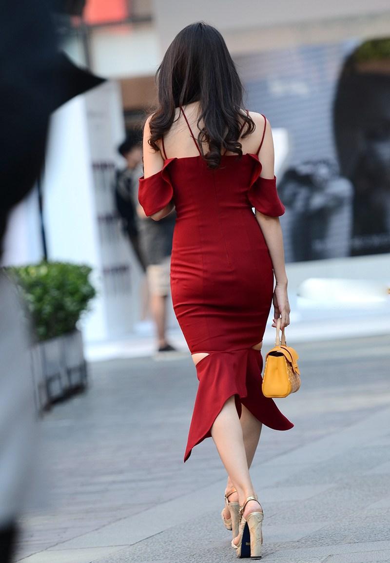 好性感的背影,长长的卷发下有着迷人的香肩,紧身裙把美女的臀部完美的