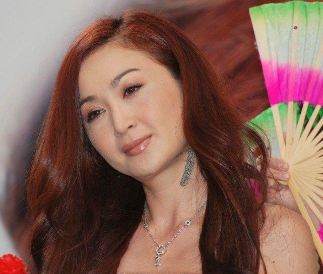 52岁温碧霞换发型,扎起头发的她引起无数网友热议!图片