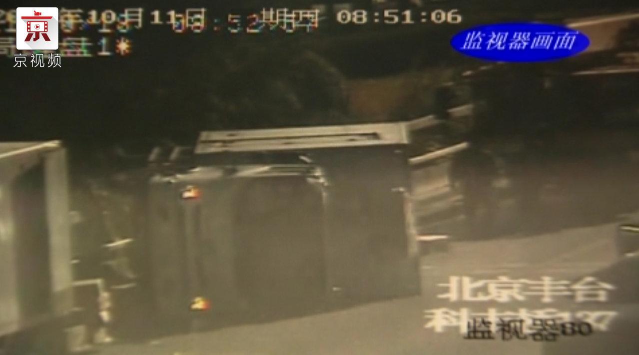 早高峰货车传动轴断裂失控 翻倒爆胎车损严重