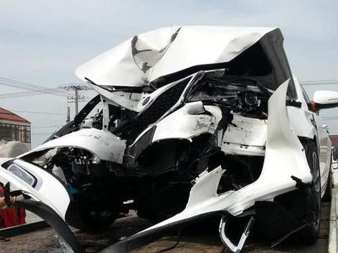 新手提的这辆起亚K5刚开到半路就报废了,有保险都不想修