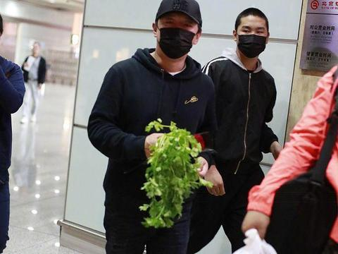 黄渤手拿一捆芹菜现身机场,原因让人哭笑不得!