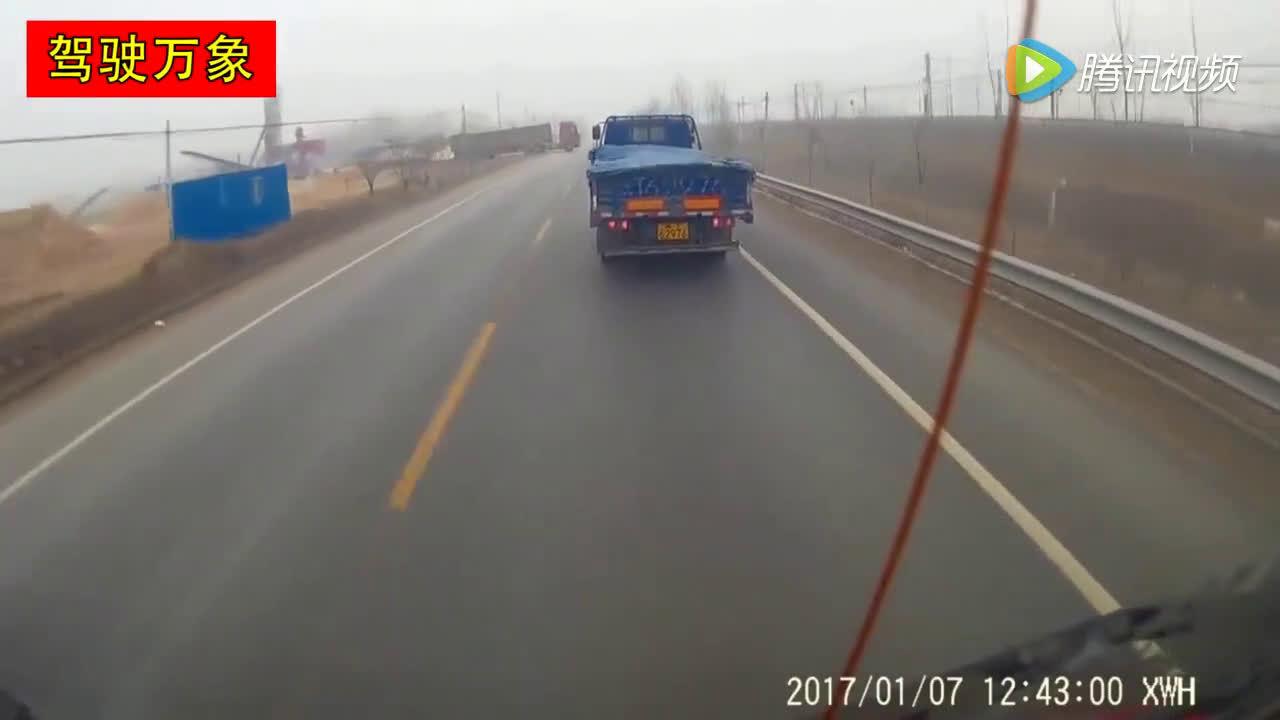 小货车全力急刹,还是怼上了大货车  