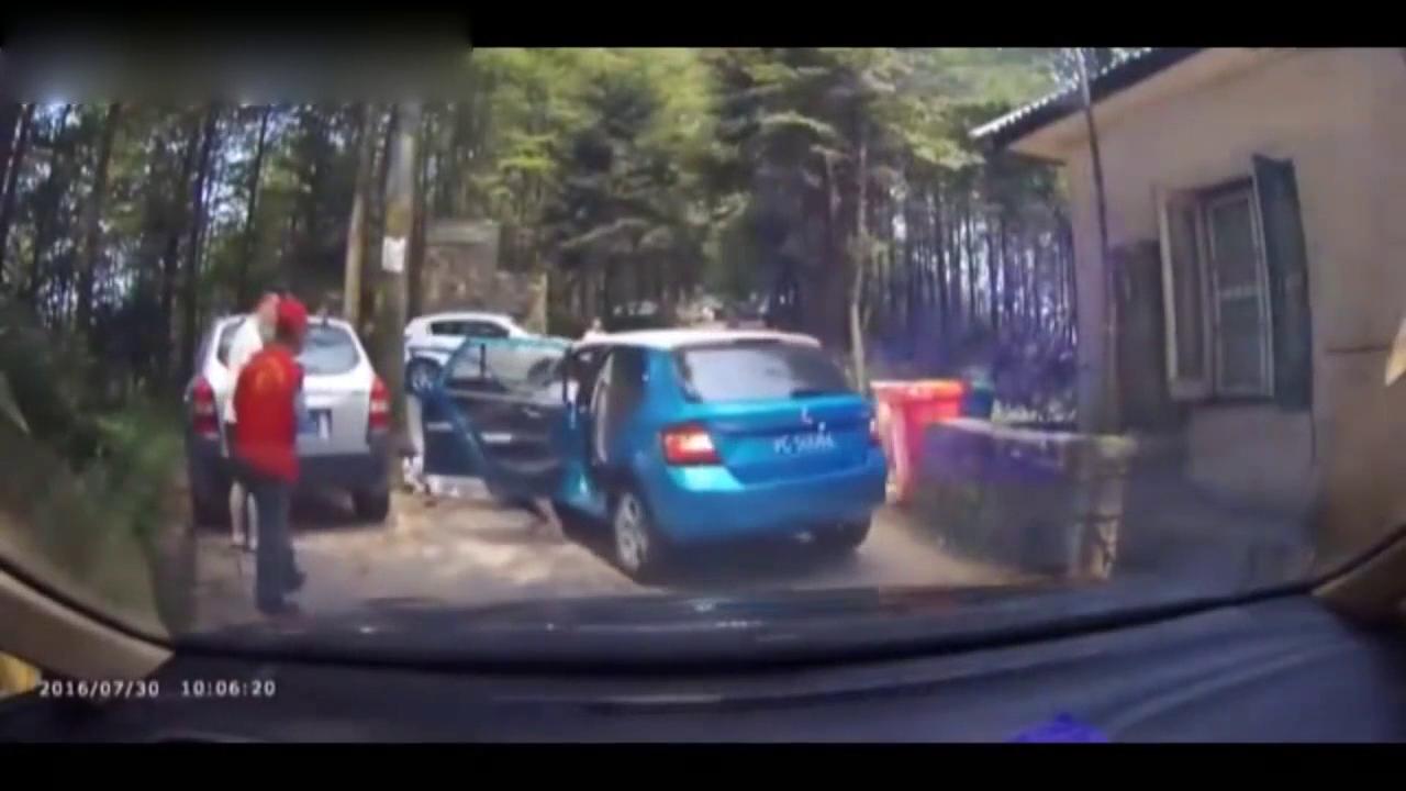晶锐女司机倒车一脚油门,差点将小孩卷入车轮下
