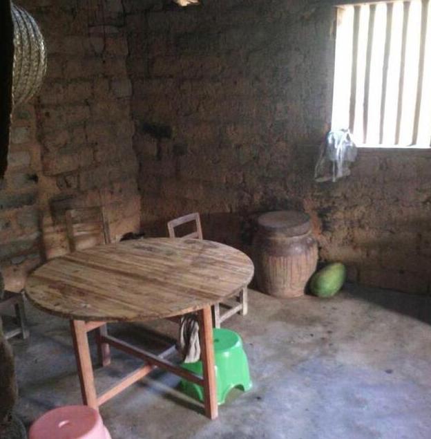 第一次去男友农村老家,看到这又土又黑的厨房和厕所,我想悔婚了图片