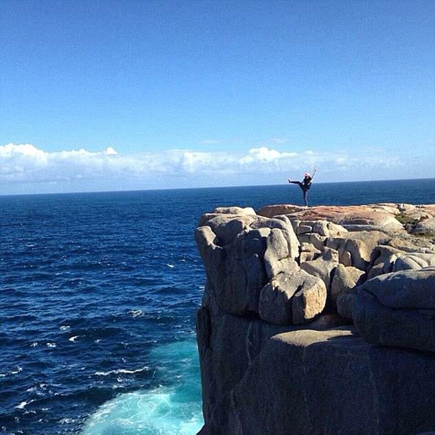 男子在悬崖边自拍,不慎滑落至海中,被海水卷走身亡图片