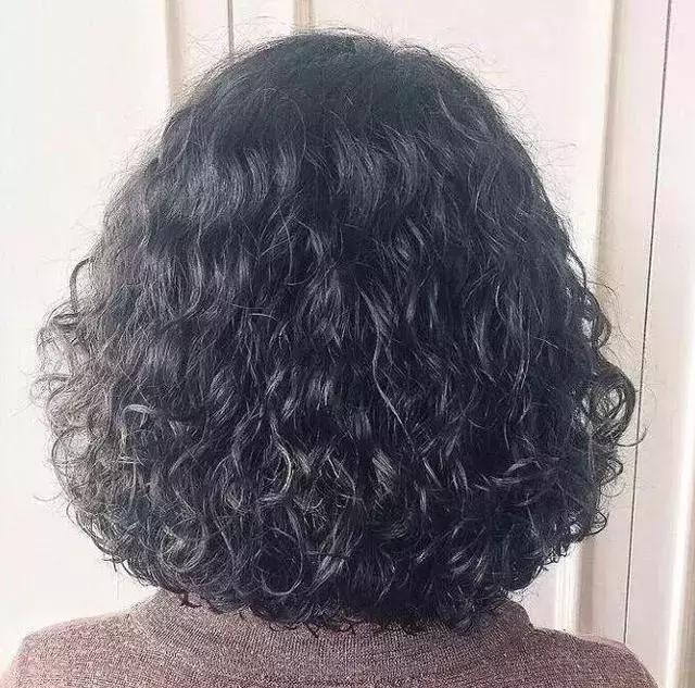年前烫发选择烫小卷,洋气时尚好打理,最适合中年女士的一款烫发图片