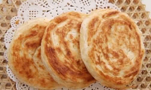 枣庄大烧饼 枣庄烧饼除了可以热吃,凉吃,干吃,甚至还可以用来炒菜烩
