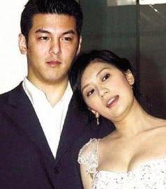 她18岁拔掉父亲呼吸机,36岁被扫地出门,今44岁被宠成少女