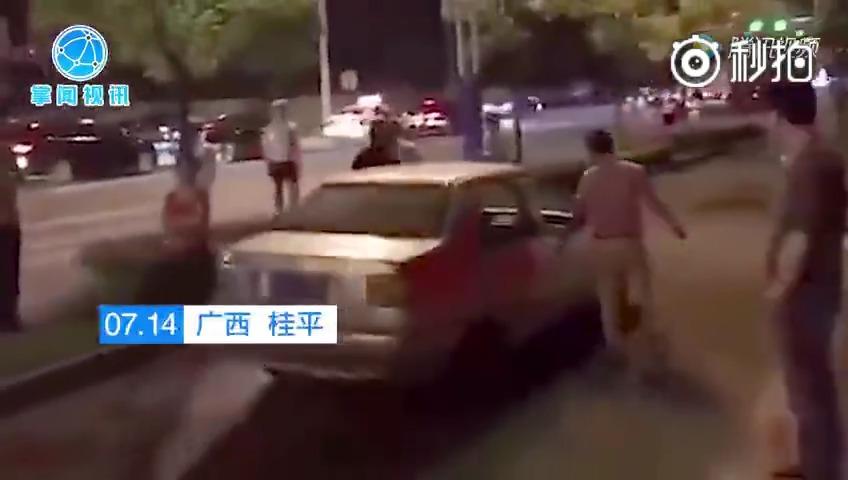 交警查酒驾……两个醉酒男子就这样推着车从交警蜀黍眼前过去了