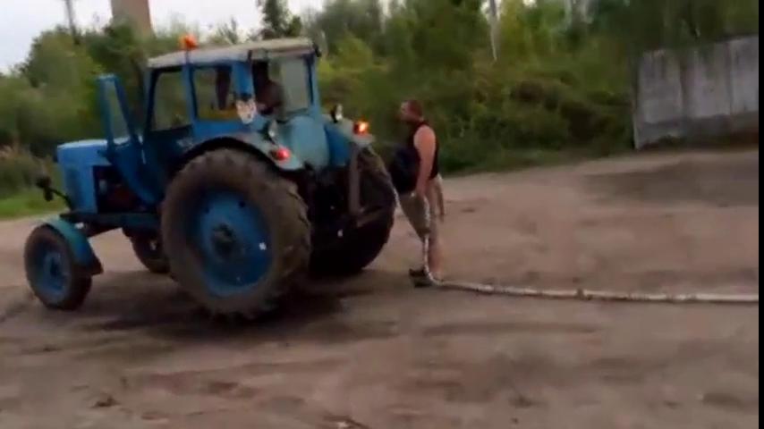 拖拉机 vs 奥迪A8 拔河比赛,冠军到底花落谁家?