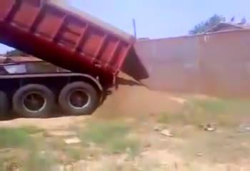 大货车卸货,悲剧的一幕发生了,司机崩溃了!  