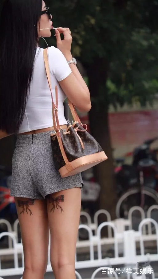 大腿后侧有两个对称的纹身,好像是两个蝴蝶结,有点小女人的可爱.