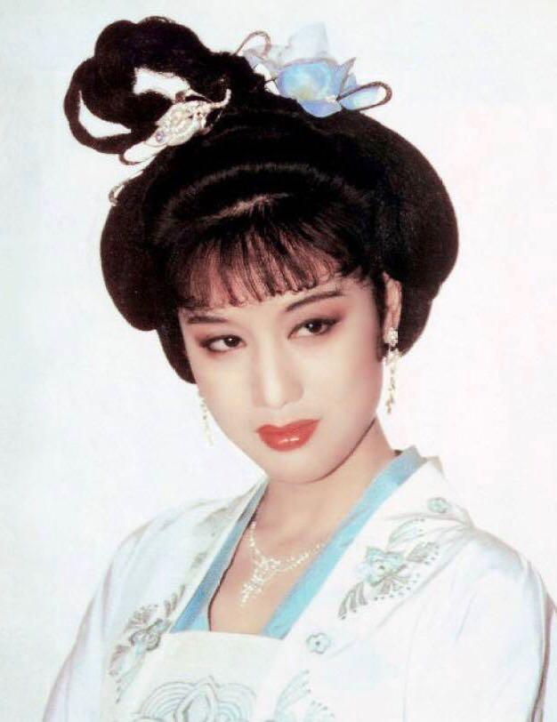 嘴角有痣,演《康熙王朝》的容妃,边做服装设计师便演戏的李建群