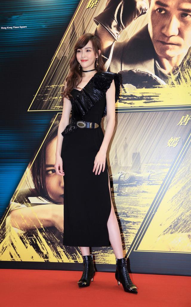 唐嫣香港路演比心甜笑, 一袭黑色开叉裙又酷又帅又妩媚