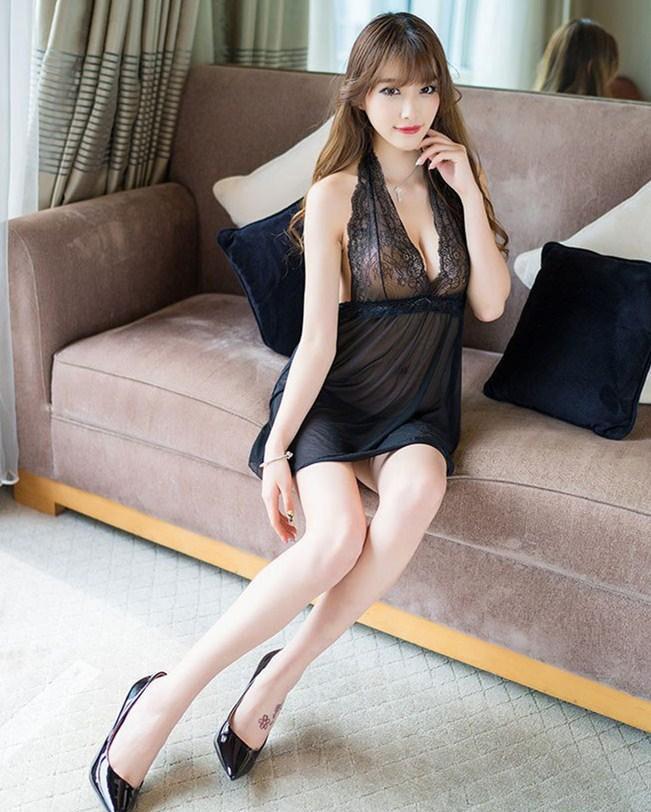 美女搭配黑色蕾丝睡裙 衬托出甜美身段