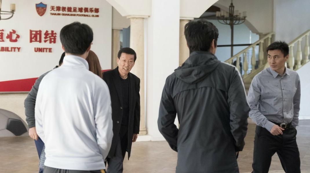 崔康熙到达天津权健俱乐部,李玮峰亲自前来迎