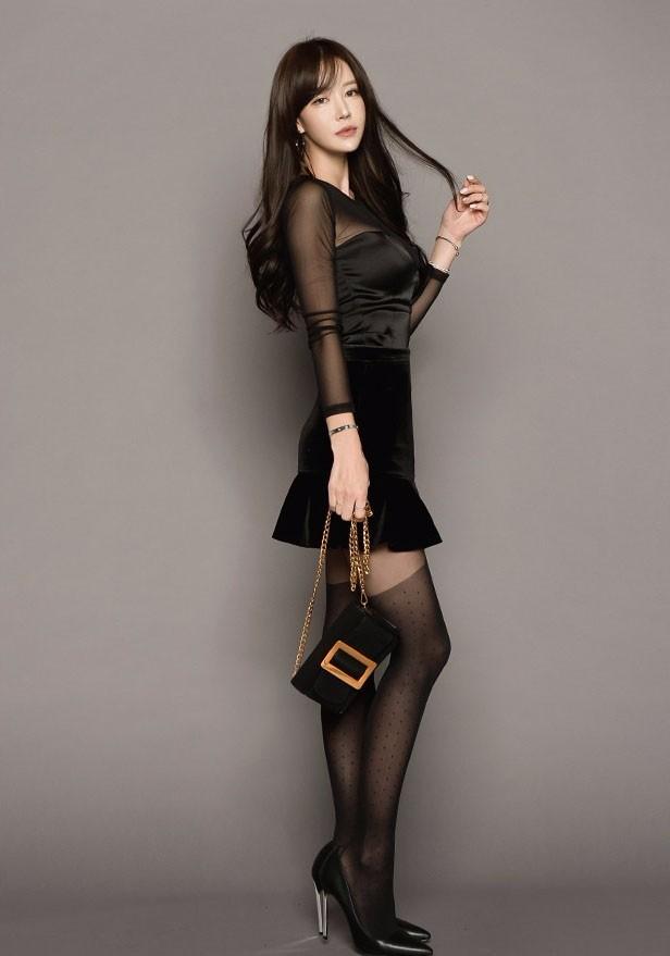 美女美图:丰满美女黑丝吊袜带高跟长腿诱惑写真
