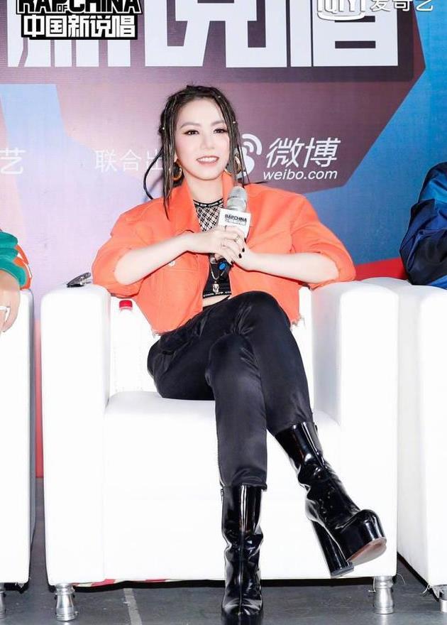 鄧紫棋大玩下身失踪,網友:這樣的褲子穿與不穿有何區別?