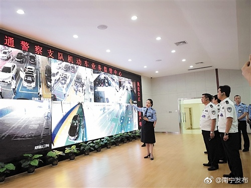 """广西南宁:创新交管""""放管服"""" 服务下"""