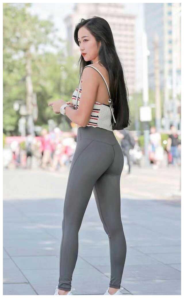 关于穿紧身裤的美女来说,目前的时兴似乎微乎其微!