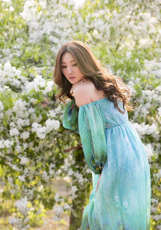 柳岩春花烂漫拍写真笑靥盈盈 穿绿裙置身大自然眼神