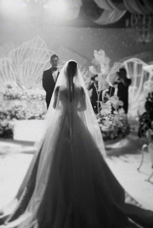 张馨予婚后晒婚礼现场照,穿婚纱清纯唯美,何捷两次亲吻新娘手背