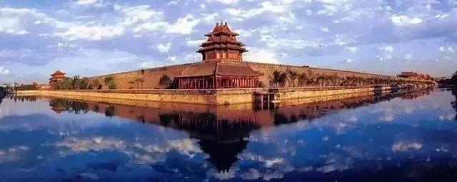最完整的木质结构的古建筑群    故宫宫殿建筑均是木结构,黄琉璃瓦顶