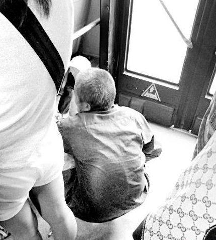 八旬老大爷公交车上大便,被乘客赶下车,司机给他耳光才知惹祸了