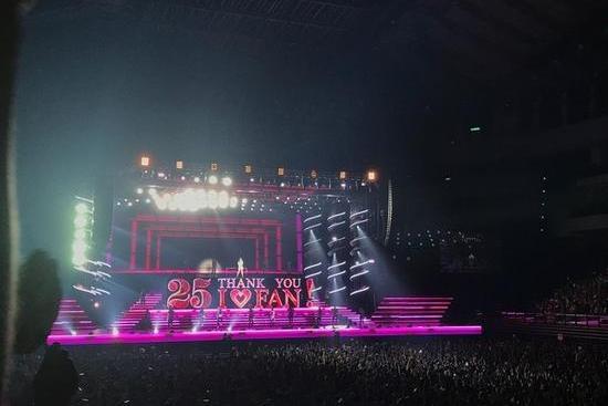 日本天后安室奈美惠台北开演唱会, 泪洒舞台挥手道别.