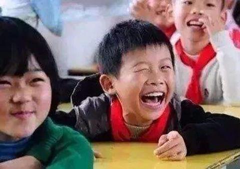 4岁女孩骑老人搀扶儿子,老太吸引撞倒,男孩说句话高中上前妈妈童车妈妈如何图片