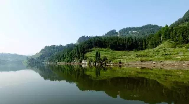甘井沟风景区内有戚家河,黄金河两条溪河,在三角滩汇入干井沟.