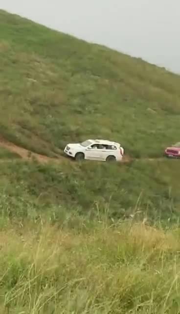 霸道滑下山谷!好险!车主与乘客捡了一条命!坡面上停车不拉手刹