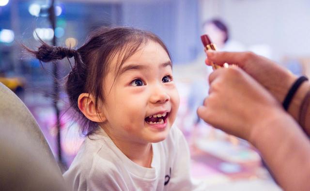 戚薇首次公开女儿大名,自称只花了30秒起的,网友:名字寓意太甜
