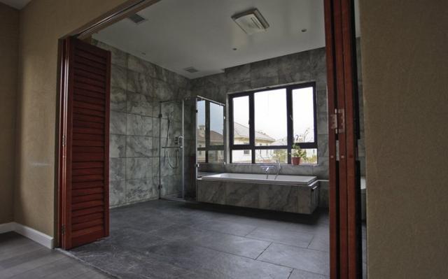 好老婆卫生�_卫生间砖砌个半悬浮浴缸,拍照发朋友圈却被说像玉棺,把老婆气的