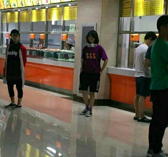郑爽胖10斤后现身大学拍新戏,网友:差点以为是个男生!