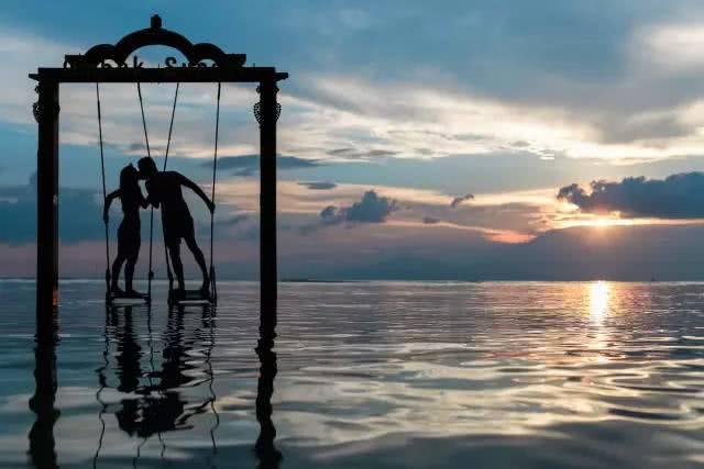 只靠爱情是不能相守一辈子的, 相爱容易相守难.