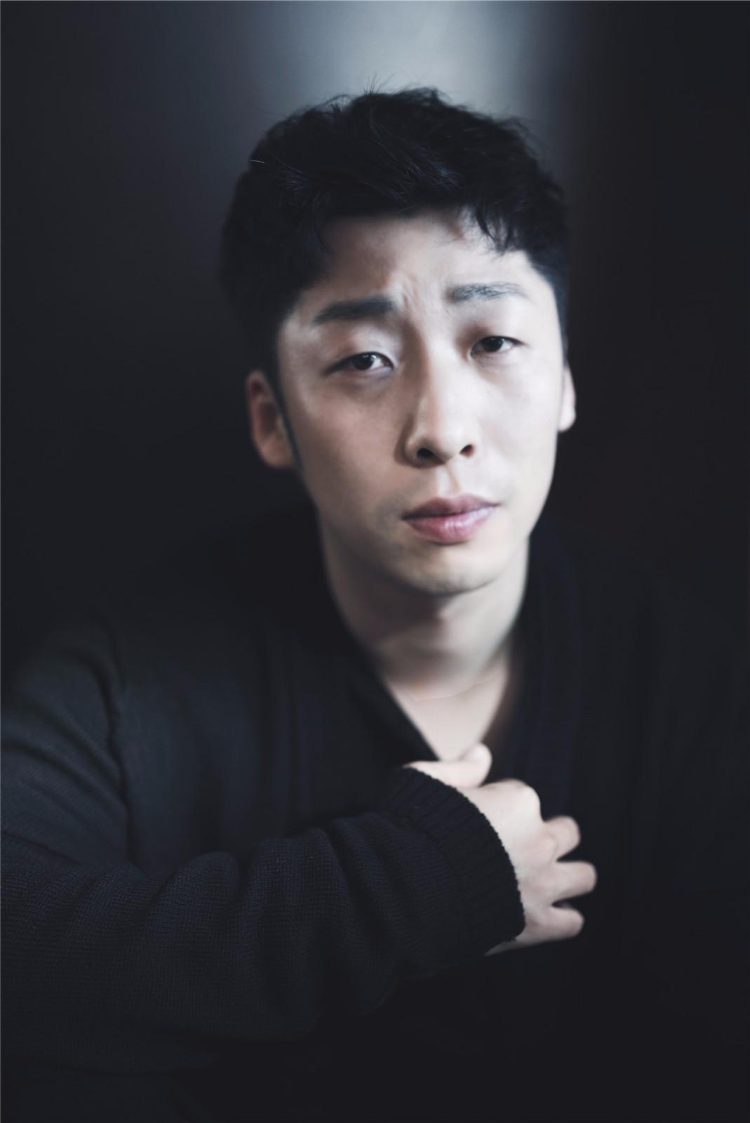 张子贤曝光最新写真  黑白光影释放另类魅力