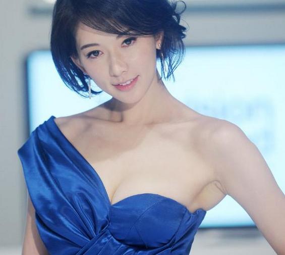 1990年,国中毕业的林志玲因被星探林健寰所发掘,而踏上了模特之路.图片