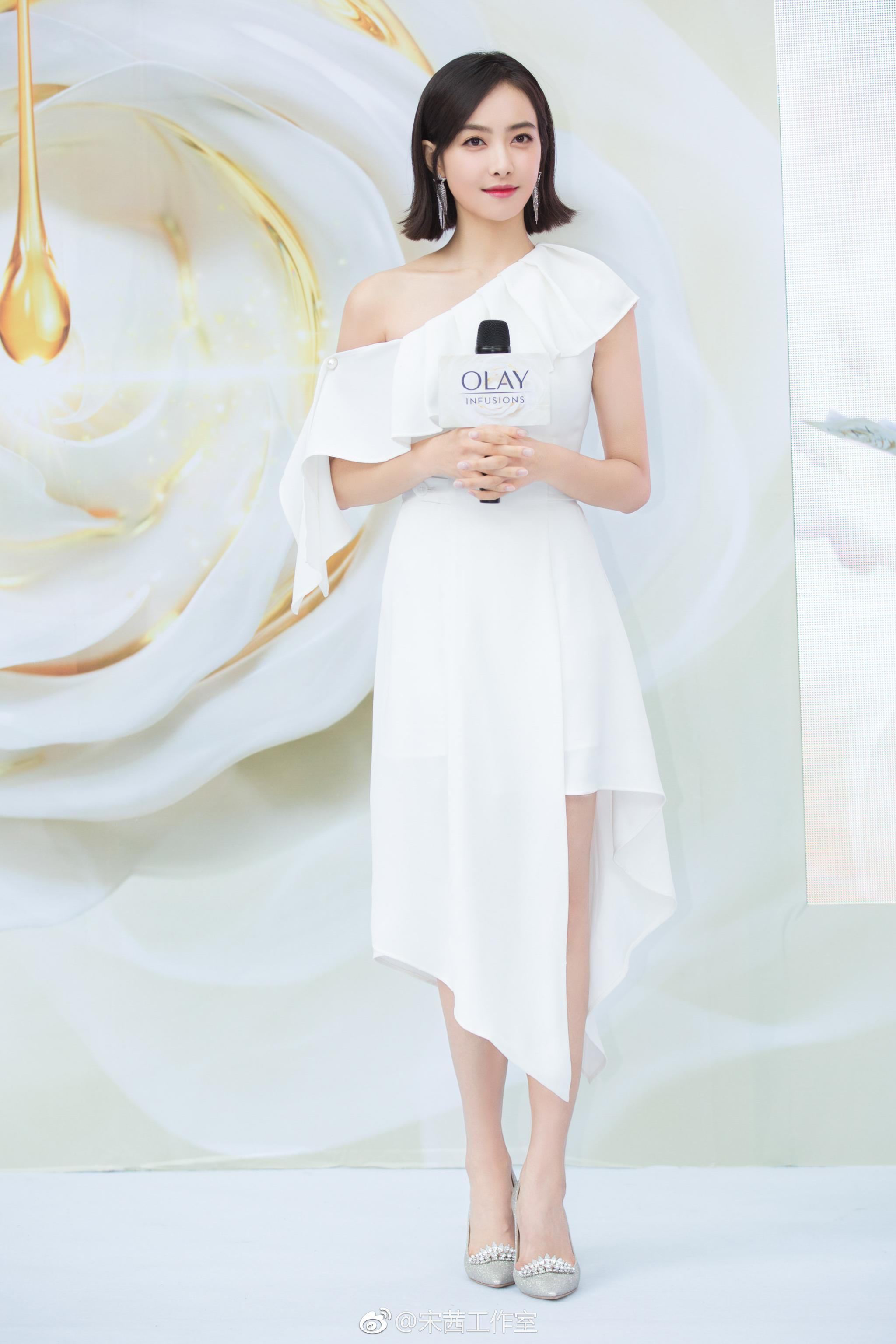 宋茜身穿白色露肩裙出席活动,新发型俏皮可爱,白色礼服温雅大方