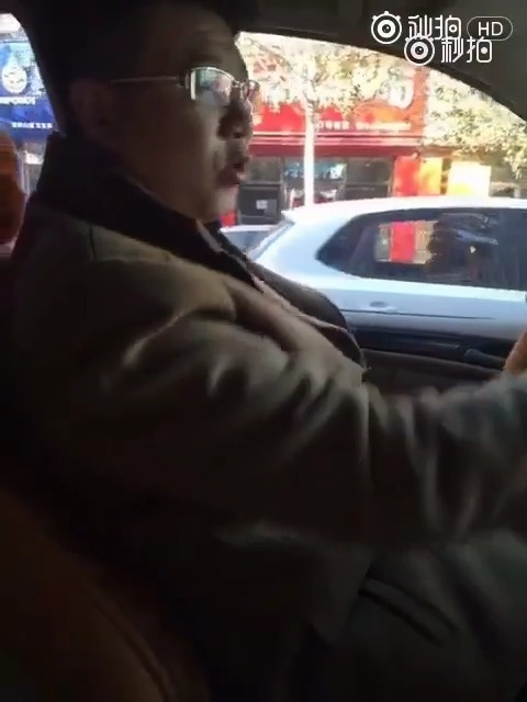 东北老哥开车被老婆好一顿训,俩人太幽默了,东北人自带搞笑方言 逗趣搞笑搞...